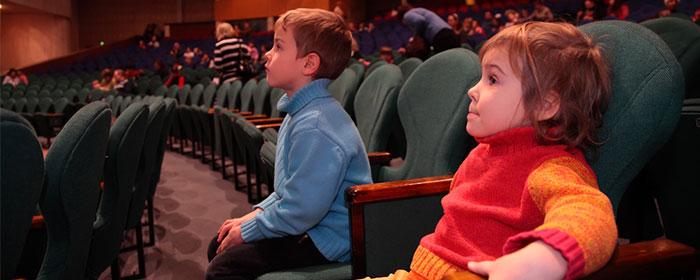 איך לצאת עם הילדים לסרט מבלי לשבור את הכיס?